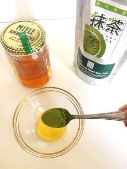 Un cucchiaio e mezzo di miele con un cucchiaino di tè matcha.